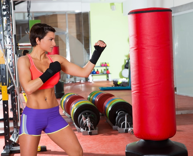 Crossfit femme boxe avec sac de boxe rouge Photo Premium