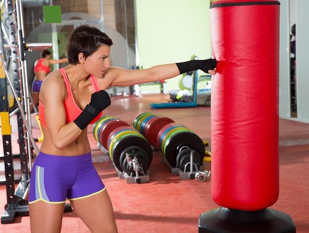 Crossfit femme boxe avec sac de boxe rouge Photo Premium