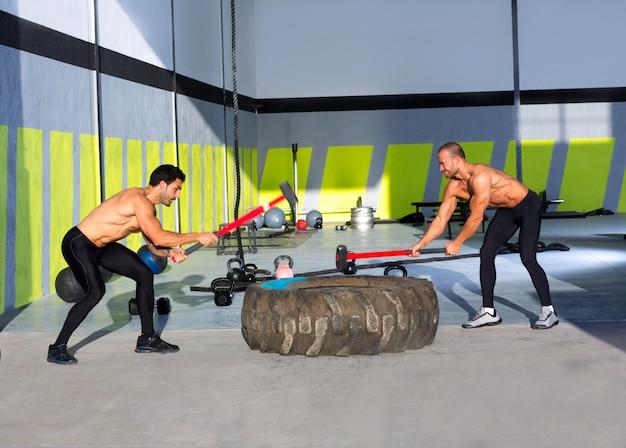 Crossfit hommes de traineau d'entraînement Photo Premium