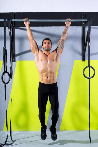 Crossfit toes to bar homme pull-ups 2 barres d'entraînement Photo Premium
