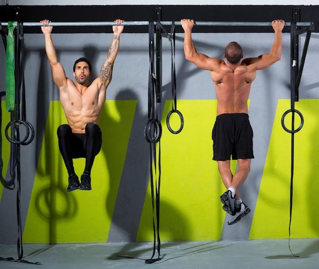 Crossfit toes to bar men pull-ups 2 barres d'entraînement Photo Premium