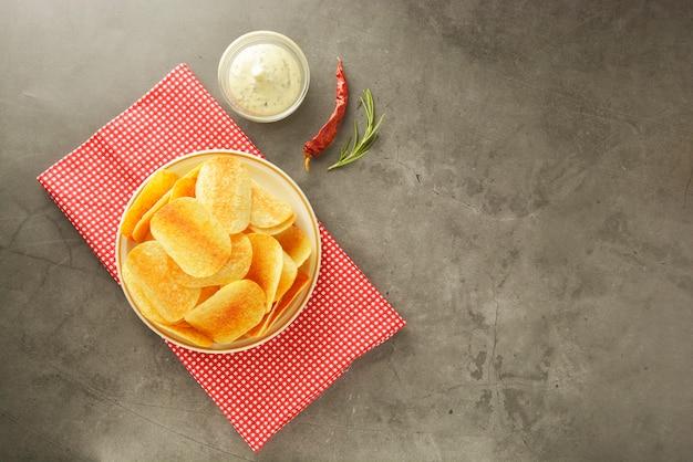Croustilles de croustilles avec une sauce délicieuse. Photo Premium