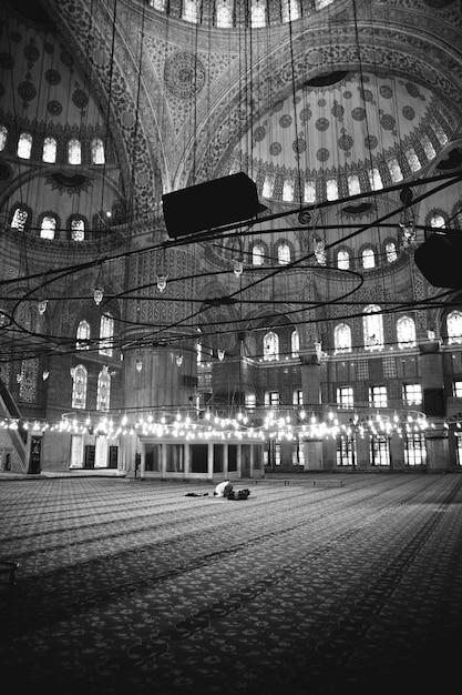 Un croyant musulman priant à l'intérieur d'une mosquée Photo Premium