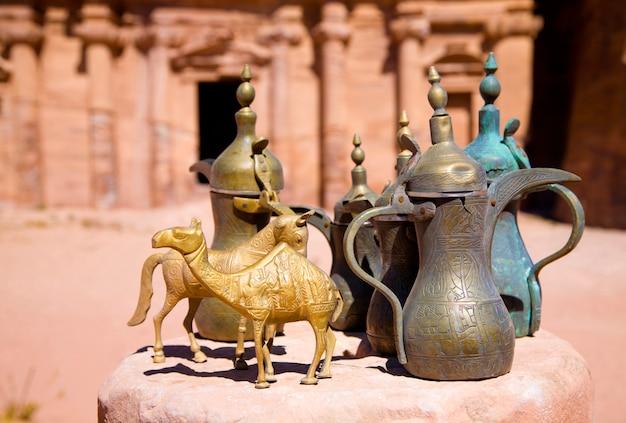 Cruches en laiton et figurines d'animaux près du monastère de petra, jordanie Photo Premium