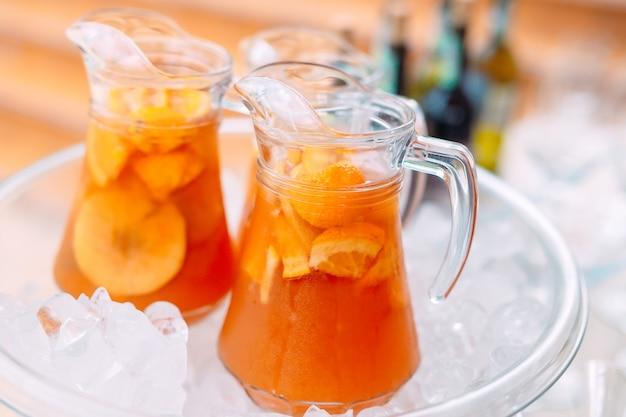 Cruches de limonade dans la glace. Photo Premium