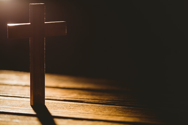 Crucifix icône sur la table en bois Photo Premium