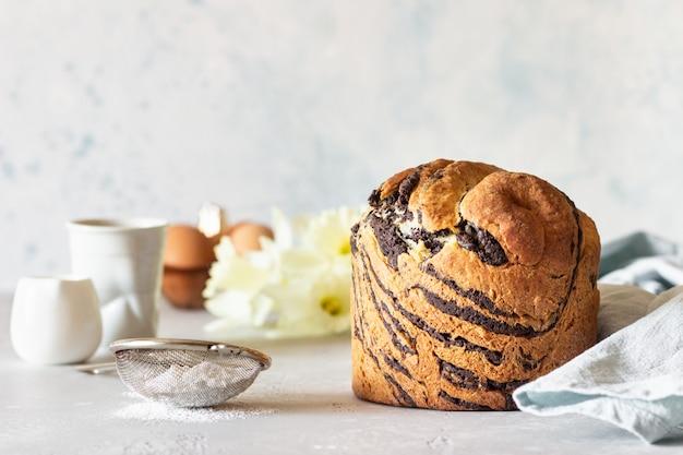 Cruffin au chocolat et à la vanille avec une tasse de café. Photo Premium