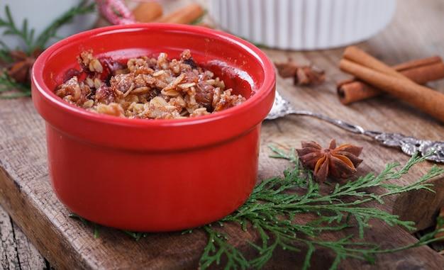 Crumble De Prunes Sur Une Planche De Bois .. Biscuits De Nouvel An Et De Noël. Photo Premium