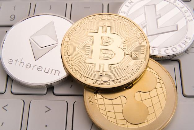 Crypto-monnaie concept bitcoin, btc, ethereum, litecoins, pièces d'or et d'argent Photo Premium