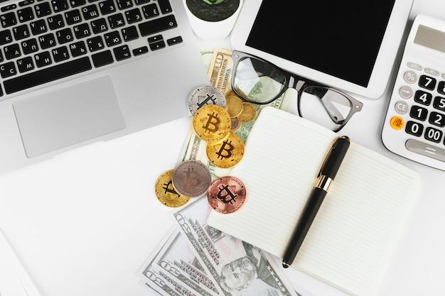 Crypto-monnaie numérique bitcoin d'or et dollars américains. Photo Premium