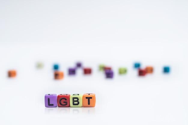 Cube alphabet anglais coloré avec mot lgbt sur le concept de droits lgbt papier blanc Photo Premium