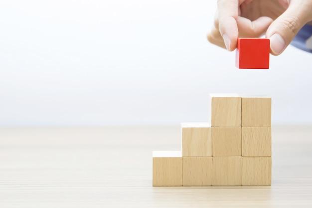 Cube en bois empilé en forme de triangle Photo Premium