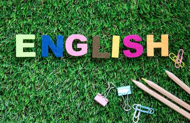 Cube de mot anglais coloré sur fond de jardin d'herbe verte Photo Premium