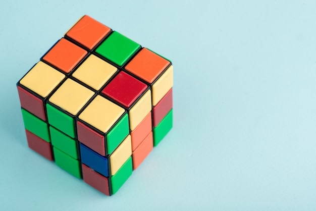 Le Cube De Rubik Sur Fond Bleu Clair