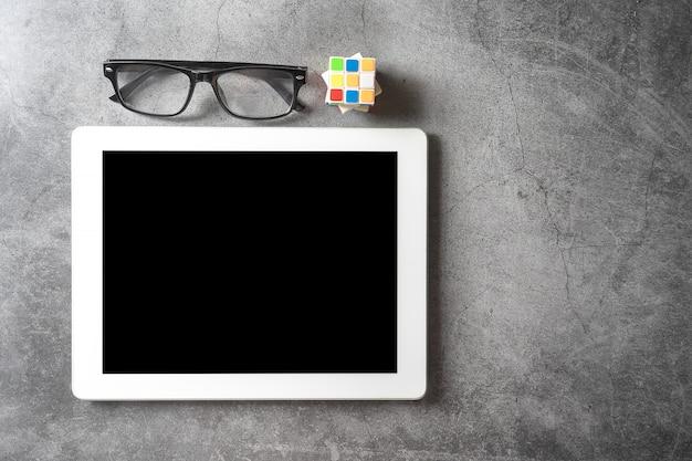 Cube de la tablette sur sol sombre, concept d'éducation Photo Premium