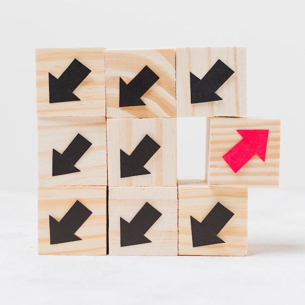 Cubes en bois avec concept d'originalité de flèches Photo gratuit