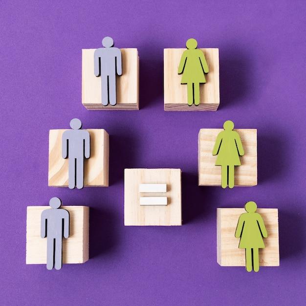 Cubes En Bois Avec Des Femmes Vertes Et Des Figurines D'hommes Bleus Signe égal Photo gratuit