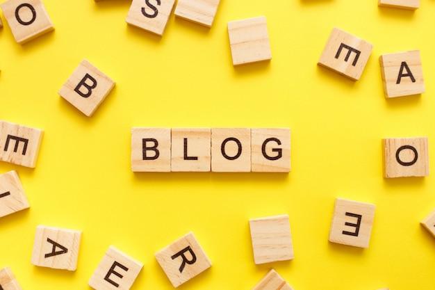 Cubes En Bois Lettres Avec Le Mot Blog Sur Jaune Photo Premium