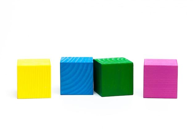 Cubes d'enfants colorés sur blanc isolé Photo Premium