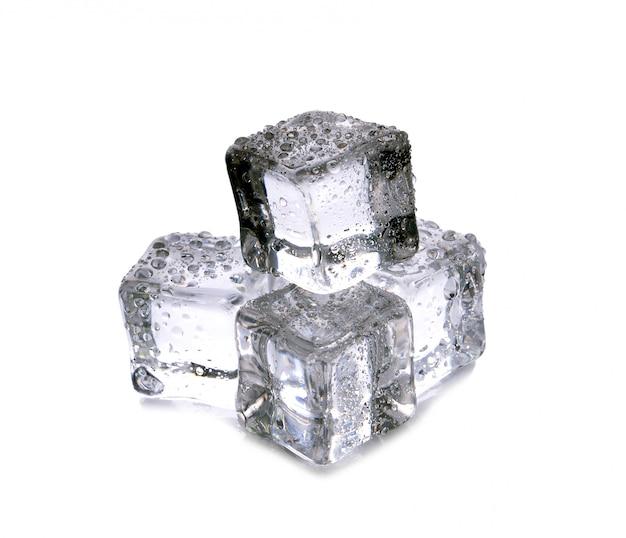 Cubes de glace sur fond blanc Photo Premium
