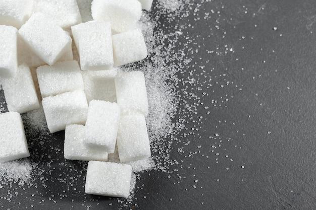 Cubes De Sucre Blanc Sur Fond Noir Se Bouchent Photo Premium