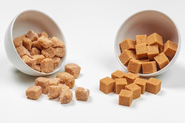 Cubes De Sucre De Canne Brun Isolés Photo Premium