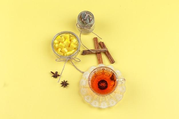 Cubes De Sucre, épices, Herbes Séchées Et Thé Dans Une Tasse En Verre Photo gratuit