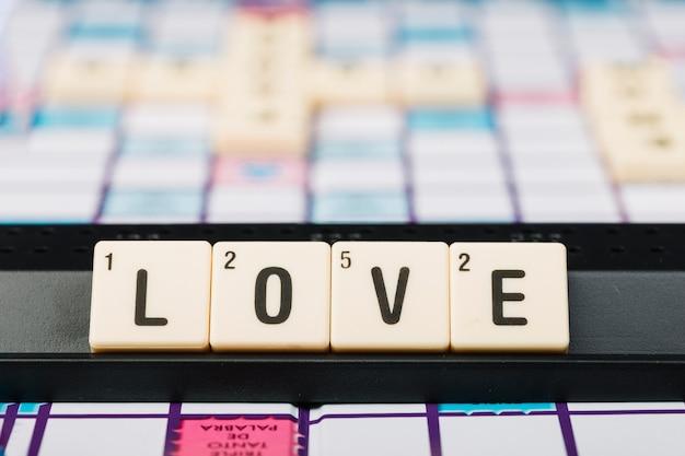 Cubes avec titre d'amour sur le stand Photo gratuit