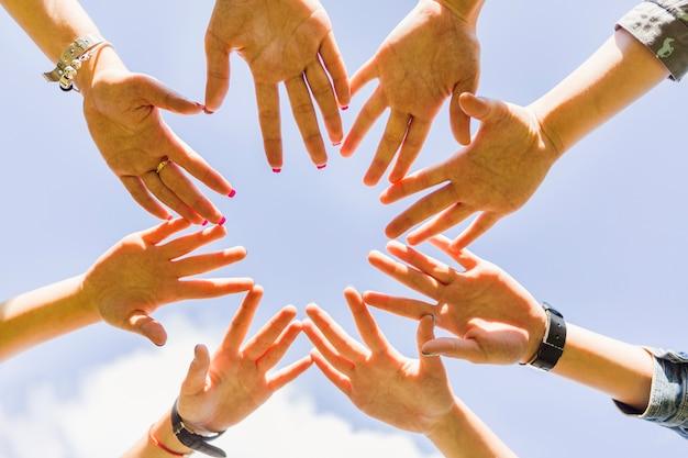 Cueillir les mains empilées en cercle Photo gratuit
