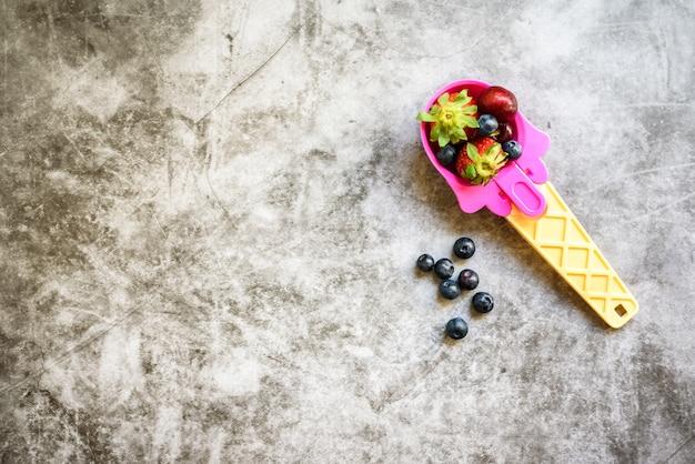 Une cuillère de crème glacée remplie de fruits sains pour les enfants Photo Premium