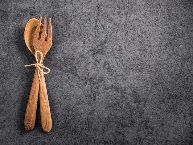 Cuillère et fourchette en bois space avec vieux marbre Photo Premium