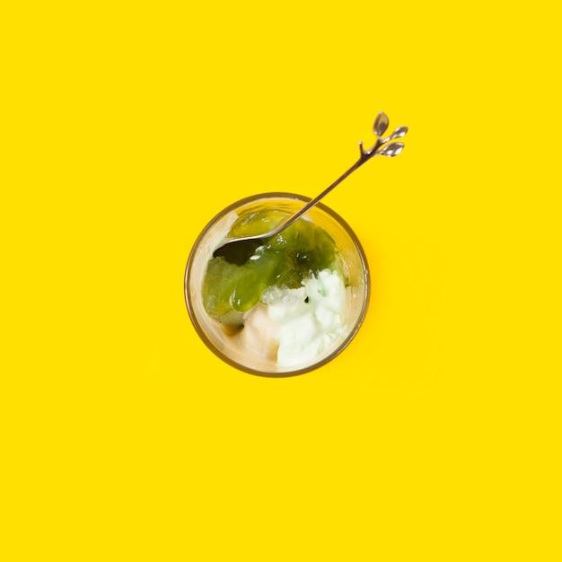 Cuillère et garniture dans une tasse de glace Photo gratuit