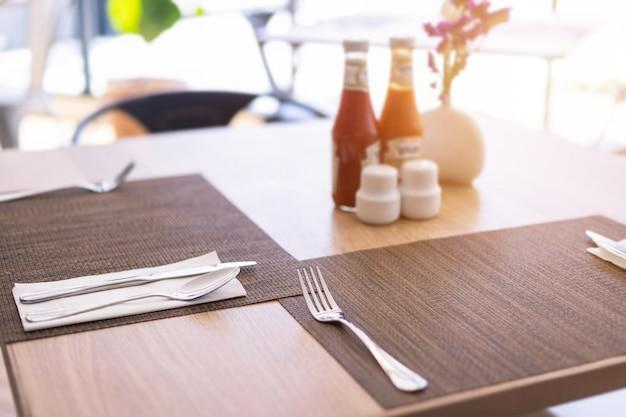 Cuillère à Soupe Et Sauce Fourchette De Luxe La Décoration De La Table à Manger à L'hôtel Photo Premium