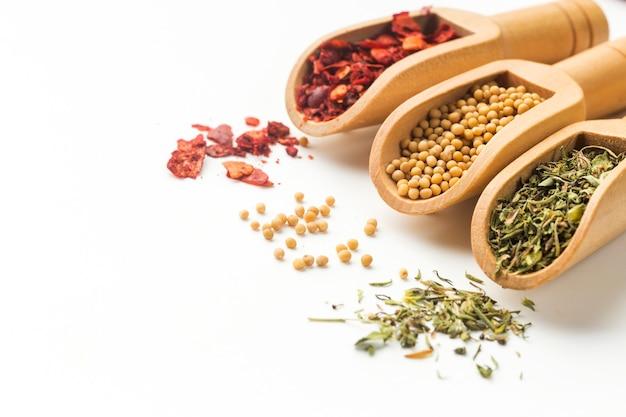 Cuillères Alignées Avec Des épices à Tartiner Sur Une Table Photo Premium