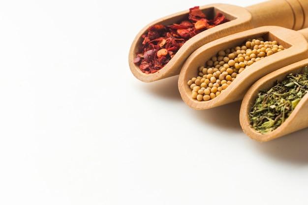 Cuillères aux herbes et épices sur table Photo gratuit