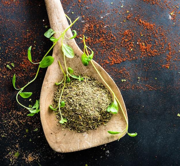 Cuillères en bois avec des épices et des herbes Photo Premium