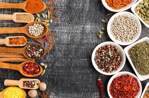 Cuillères et bols avec la poudre d'épices Photo gratuit