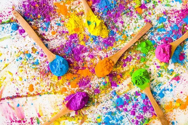 Cuillères avec différentes couleurs vives et sèches Photo gratuit