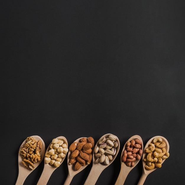 Cuillères avec différents noix Photo gratuit