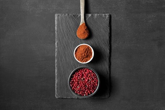 Cuillères Avec épices En Poudre Sur Table Photo gratuit
