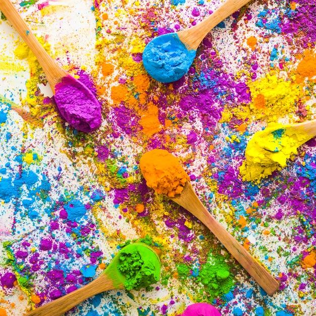 Cuillères avec des piles de différentes couleurs vives et sèches Photo gratuit