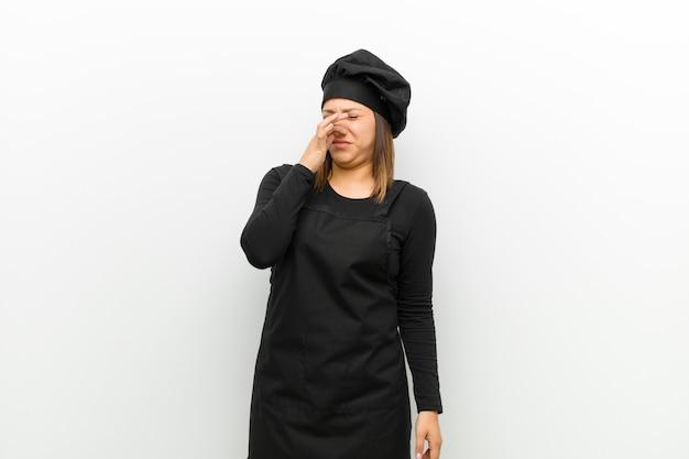 Cuire une femme dégoûtée, tenant son nez pour éviter de sentir une puanteur nauséabonde et désagréable Photo Premium