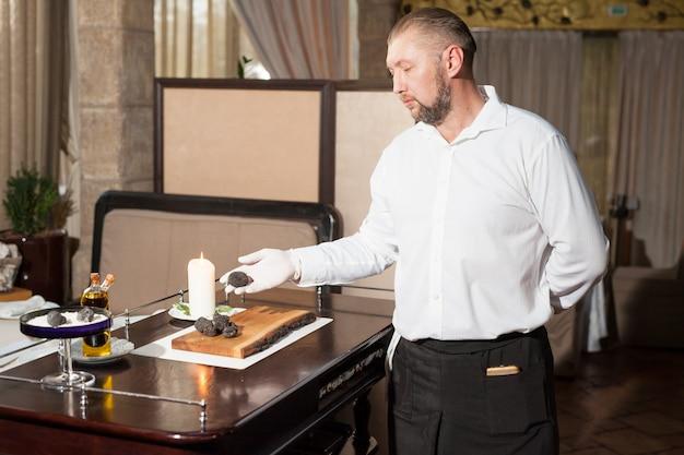 Cuire la truffe noire dans un restaurant Photo Premium