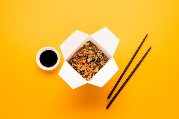 Cuisine Asiatique Avec Des Baguettes Et Du Soja Photo gratuit