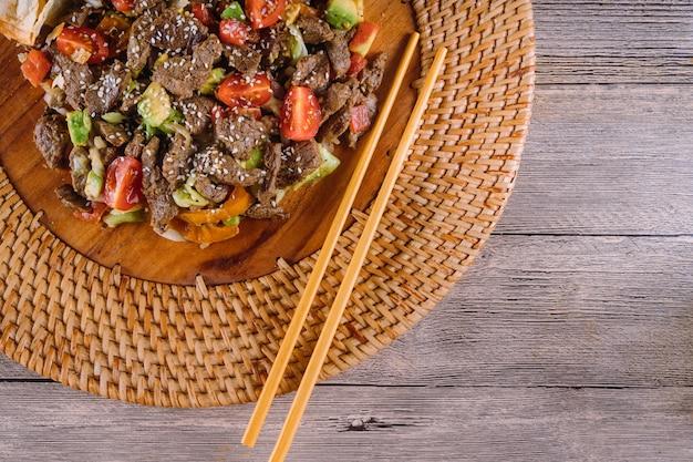 Cuisine asiatique, vietnamienne ou thaïlandaise. boeuf aux légumes Photo Premium