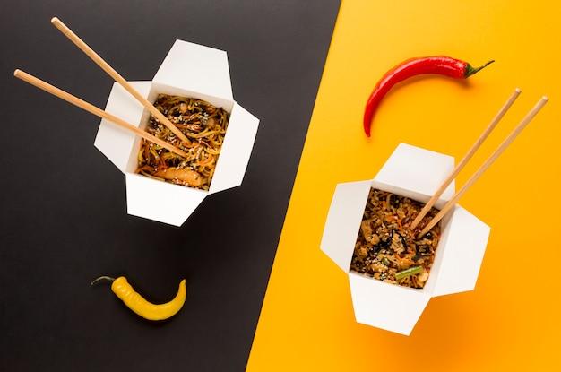 Cuisine asiatique avec vue de dessus de baguettes Photo gratuit