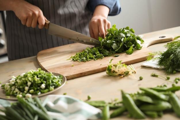 Cuisine. Le Chef Coupe Les Légumes Verts Dans La Cuisine Photo gratuit