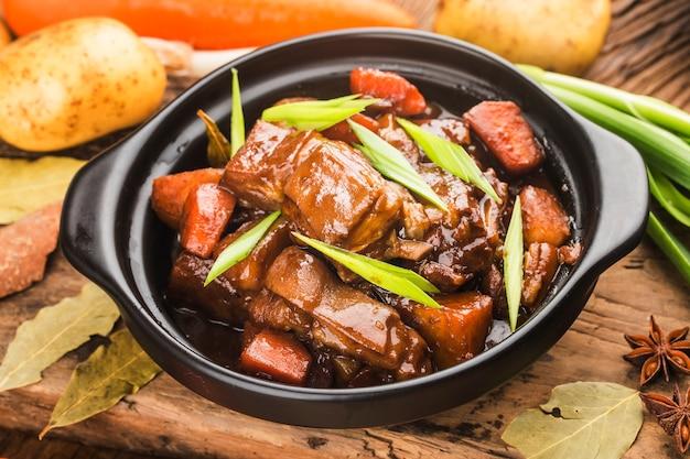 Cuisine Chinoise: Une Assiette D'agneau Braisé Photo gratuit