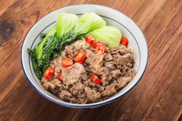 Cuisine Chinoise: Un Bol De Nouilles Au Boeuf Photo Premium