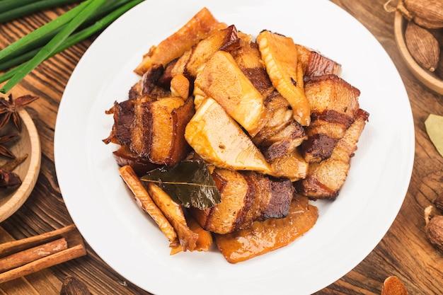 Cuisine Chinoise: Porc Braisé Avec Pousses De Bambou Photo gratuit